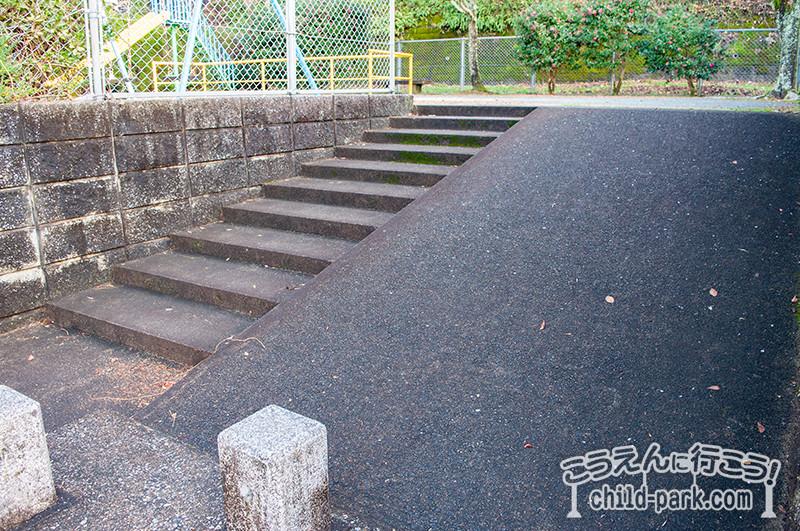 東入部1号公園の入口は厳しめのバリアフリー