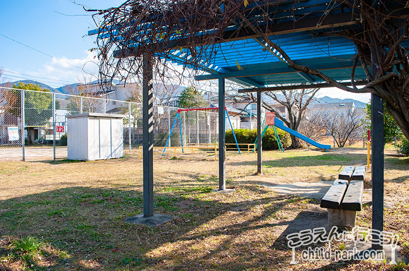 写真:西の坪公園のベンチ