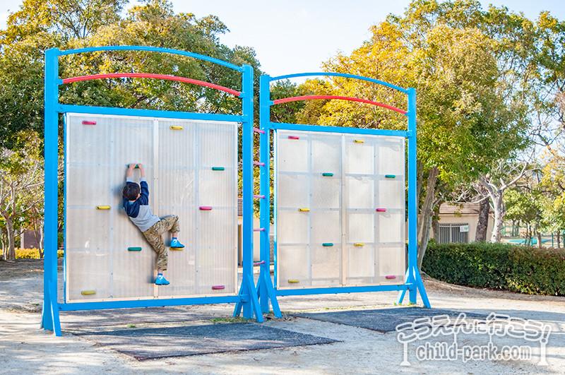 西部運動公園のボルダリング遊具
